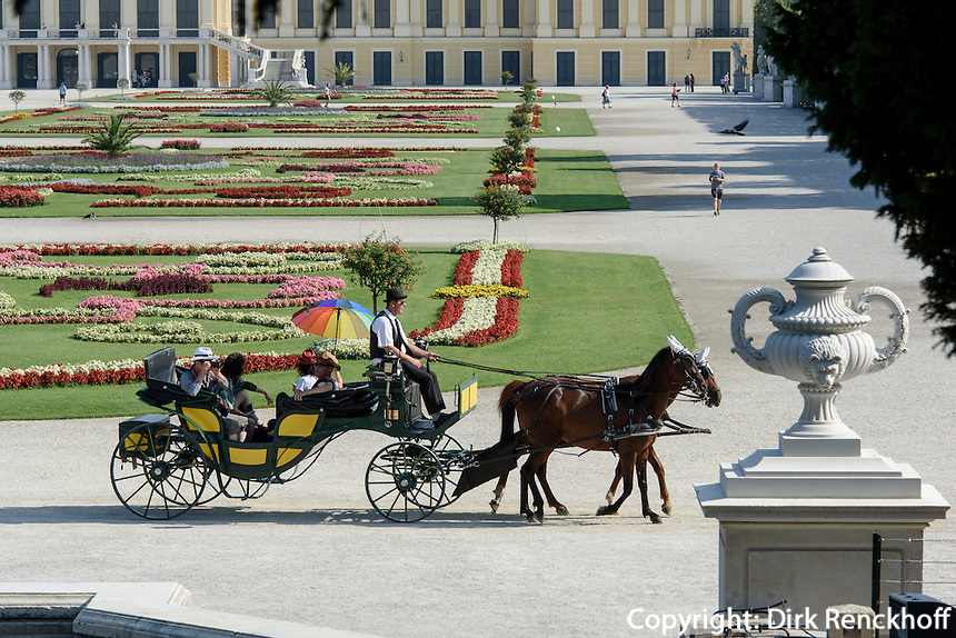 Fiaker im Park der Spätbarocken Sommerresidenz Schloss Schönbrunn, Wien, Österreich, UNESCO-Weltkulturerbe<br /> carriage  late Baroque summerresidence Schloss Schönbrunn, Vienna, Austria, world heritage