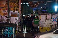 In den Abendstunden des 18. September 2014 brach auf der von Obdachlosen bewohnten Cuvrybrache in Berlin Kreuzberg ein Feuer aus. Die Feuerwehr loeschte den Brand mit drei Loeschfahrzeugen. Die Brandursache war zunaechst unklar. Ebenso unklar war, ob die auf dem Gelaende wohnenden Personen wieder in ihre Huetten duerfen.<br /> Mehrere Hundertschaften der Bereitschaftspolizei waren zur Absicherung der Loescharbeiten im Einsatz, dabei kam es nach Augenzeugen zu Festnahmen.<br /> 18.9.2014, Berlin<br /> Copyright: Christian-Ditsch.de<br /> [Inhaltsveraendernde Manipulation des Fotos nur nach ausdruecklicher Genehmigung des Fotografen. Vereinbarungen ueber Abtretung von Persoenlichkeitsrechten/Model Release der abgebildeten Person/Personen liegen nicht vor. NO MODEL RELEASE! Don't publish without copyright Christian-Ditsch.de, Veroeffentlichung nur mit Fotografennennung, sowie gegen Honorar, MwSt. und Beleg. Konto: I N G - D i B a, IBAN DE58500105175400192269, BIC INGDDEFFXXX, Kontakt: post@christian-ditsch.de<br /> Urhebervermerk wird gemaess Paragraph 13 UHG verlangt.]