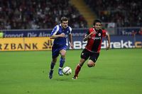 Andreas Görlitz (Karlsruher SC) überläuft Junichi Inamoto (Eintracht Frankfurt)