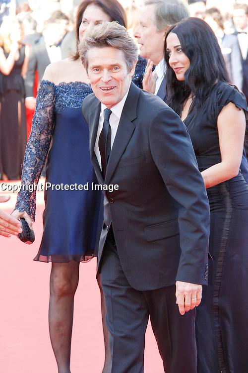 Willem Dafoe Giada Colagrende sur le tapis rouge pour la projection du film 'Bacalaureat' lors du 69ème Festival du Film à Cannes le jeudi 19 mai 2016.