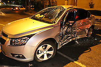 SÃO PAULO, SP, 03 DE DEZEMBRO 2011 - CARRETA DESGOVERNADA - Acidente na Rua dos Americanos no bairro de Sta Cecilia na noite de ontem (2), uma carreta desgovernada colidiu contra 5 veiculos, seis pessoas ficaram feridas. FOTO: LUIZ GUARNIERI - NEWS FREE