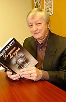 Denis Monette et son livre, 2003<br /> <br /> PHOTO D'ARCHIVE: agence Quebec Presse - Jacques Pharand