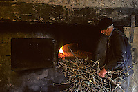 Europe/France/Auvergne/15/Cantal/env de Vic sur Cère: vie rurale cuisson du pain de campagne au four a bois communal [Non destiné à un usage publicitaire - Not intended for an advertising use] <br /> PHOTO D'ARCHIVES // ARCHIVAL IMAGES<br /> FRANCE 1980