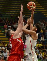 MEDELLÍN - COLOMBIA, 25-08-2017: Tyler DAVIS de Puerto Rico salta por el balón con Israel GUTIERREZ de Mexico durante partido de la fase de grupos, grupo A, de la FIBA AmeriCup 2017 jugado en el coliseo Iván de Bedout de la ciudad de Medellín.  El AmeriCup 2017 se juega  entre el 25 de agosto y el 3 de septiembre de 2017 en Colombia, Argentina y Uruguay. / Tyler DAVIS of Puerto Rico jumps for the ball with Israel GUTIERREZ of Mexico during the match of the group stage Group A of the FIBA AmeriCup 2017 played at Ivan de Bedout  coliseum in Medellin. The AmeriCup 2017 is played between August 25 and September 3, 2017 in Colombia, Argentina and Uruguay. Photo: VizzorImage / León Monsalve / Cont