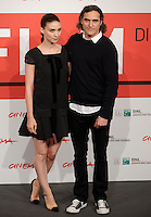 "L'attrice statunitense Rooney Mara posa con l'attore, cantante e musicista Joaquin Phoenix durante un photocall per la presentazione del film ""Her"" all'ottava edizione del Festival Internazionale del Film di Roma, 10 novembre 2013.<br /> U.S. actress Rooney Mara poses with actor, singer and musician Joaquin Phoenix during a photocall to present the movie ""Her"" during the 8th edition of the international Rome Film Festival at Rome's Auditorium, 10 November 2013.<br /> UPDATE IMAGES PRESS/Livia Crisafi"
