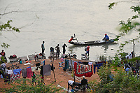NIGER, Niamey, river Niger, washing, cloth washing, boats / Fluß Niger, Wäscher, Badende und Boot