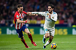 Isco Alarcon (r) of Real Madrid battles for the ball with Saul Niguez Esclapez of Atletico de Madrid during the La Liga 2017-18 match between Atletico de Madrid and Real Madrid at Wanda Metropolitano  on November 18 2017 in Madrid, Spain. Photo by Diego Gonzalez / Power Sport Images