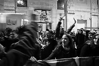 milano, studenti in stazione centrale chiedono e ottengono un treno a prezzo politico con cui andare alla manifestazione nazionale contro la riforma dell'istruzione che si terrà il giorno dopo a roma --- milan, students in central station asking and finally obtaining a train to rome at subsidized price, in order to participate on the next day at the demonstration against the school reform