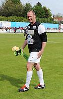 Izegem - FC Luik :..de afscheidnemende Stefaan Vergote met bloemen..foto VDB / BART VANDENBROUCKE