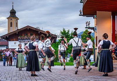 Deutschland, Bayern, Chiemgau, Achental, Schleching: Dorffest auf dem Dorfplatz mit Volkstanzgruppe   Germany, Bavaria, Chiemgau, Achen Valley, Schleching: village fête at village square with folk dance group