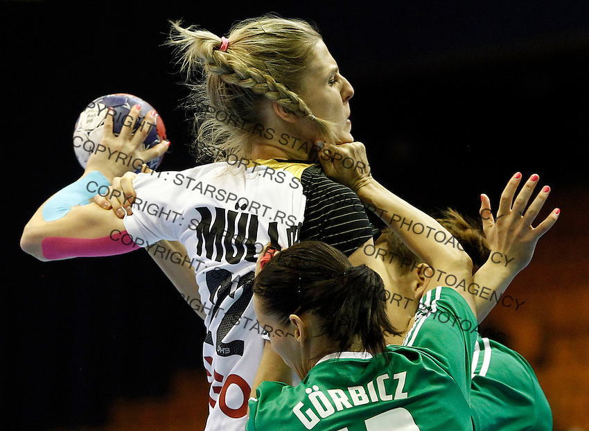 SERBIA, Novi Sad: Germany's Susann Muller (C) vies with Hungary's Anita Gorbicz (front) and Klara Szekeres (back) during their Women's Handball World Championship 2013 match Hungary vs Germany on December 13, 2013 in Novi Sad.   AFP PHOTO / PEDJA MILOSAVLJEVIC