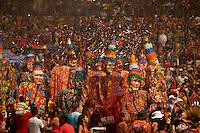 Bonecos fobós do bloco Xupa Osso entrando no fobódromo. O bloco Xupa Osso tem como sua principal atração os bonecos fobós gigantescos. Outra tradição dele é o banho de cheiro do Pará e os banhos de espuma ao longo do caminho, refrescando os foliões, sem contar a maizena que é jogada entre os brincantes em todos os demais blocos. O CARNAPAUXIS é o carnaval de Óbidos. Ele recebe esta denominação em homenagem aos primeiros habitantes da terra obidense, os Índios Pauxis.  Manifestação popular que expressa a história e cultura do povo. Cerca de 30 mil foliões, saem pelas estreitas e enladeiradas da cidade. O carnaval de Óbidos existe desde o início do 1894, porém, neste novo formato, está completando 15 anos.O Mascarado Fobó se tornou o símbolo maior do Carnapauxis, com toda a sua indumentária composta por capacete colorido, a máscara confeccionada artesanalmente, a bexiga, o dominó (roupa tipo macacão de florão), o referee e o elemento essencial da diversão – a Maisena; ele é um boneco gigantesco confeccionado e ornamentado para dar maior colorido e brilhantismo ao evento.