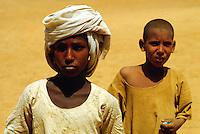 - northern Sudan, children of a nomads tribe in the Nubia desert....- Sudan settentrionale, bambini di una tribù nomade del deserto di Nubia..