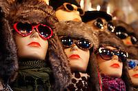 Wintermutsen en zonnebrillen te koop