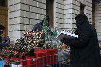 Souvenirverkäufer in Manhattan am Bowling Green Park beim Charging Bull