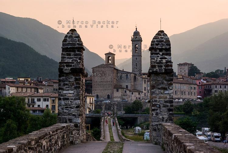 """Bobbio (Piacenza), l'antico Ponte Vecchio detto il """"gobbo"""", sul fiume Trebbia --- Bobbio (Piacenza), ancient bridge the """"gobbo"""", over the river Trebbia"""