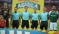 MEDELLÍN - COLOMBIA, 17-02-2018: Andres Rojas (centro Izq), arbitro, David Gonzalez (Izq) capitán del Cali y Abel Aguilar (Der) capitán del Cali durante los actos protocolarios previoal partido entre Independiente Medellín y Deportivo Cali por la fecha 4 de la Liga Águila I 2018 jugado en el estadio Atanasio Girardot de la ciudad de Medellín. / Andres Rojas (center L), referee, David Gonzalez (L) captain of Cali and Abel Aguilar (R) captain of Cali, during formal events prior the match between Independiente Medellin and Deportivo Cali for the date 4 of the Aguila League I 2018 played at Atanasio Girardot stadium in Medellin city. Photo: VizzorImage/ León Monsalve / Cont