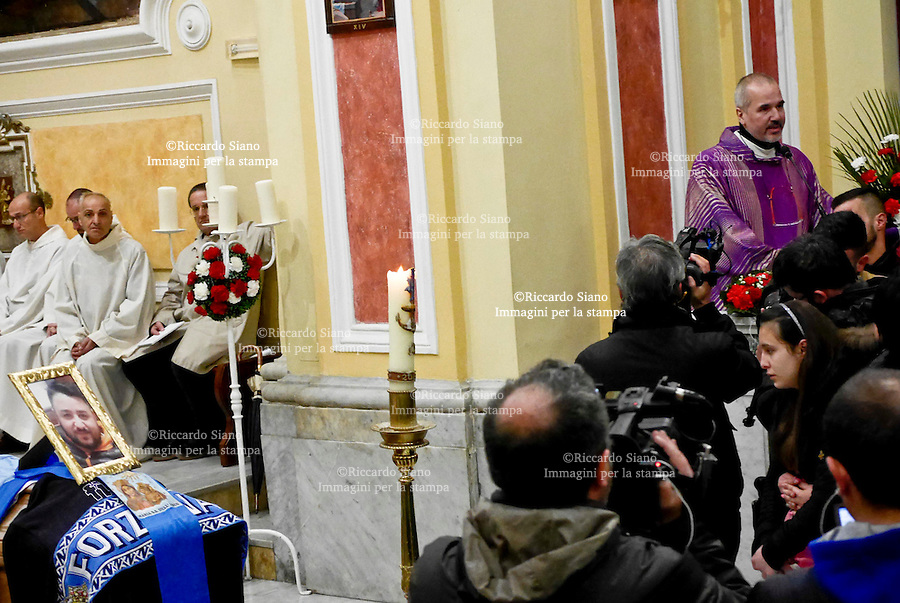 - NAPOLI 2 MAR - Una folla commossa ha preso parte ad Arzano (Napoli) ai funerali Vincenzo Ferrante, il 30enne ucciso per errore nel corso di un agguato mercoledì scorso in via Luigi Rocco. L'uomo, sposato e padre di due bambini, è finito nel mirino dei sicari che lo avrebbe scambiato per il guardaspalle di Ciro Casone, ammazzato nel corso dell'agguato.