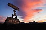 Spain, Canary Island, Lanzarote, near Yaiza: Devil symbol park entrance and volcanoes in silhouette, Parque Nacional de Timanfaya (Timanfaya National Park) at sunrise | Spanien, Kanarische Inseln, Lanzarote, bei Yaiza: Timanfaya Nationalpark (Parque Nacional de Timanfaya) - Teufelssymbol als Hinweisschild, im Hintergrund die Vulkane Montanas del Fuego (die Feuerberge) bei Sonnenaufgang