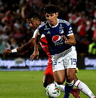 BOGOTÁ - COLOMBIA, 15-01-2019: Carlos Henao (Izq.) jugador de Independiente Santa Fe disputa el balón con Roberto Ovelar (Der.) jugador de Millonarios, durante partido Independiente Santa Fe y Millonarios, por el Torneo Fox Sports 2019, jugado en el estadio Nemesio Camacho El Campin de la ciudad de Bogotá. / Carlos Henao (L) player of Independiente Santa Fe vies for the ball with Roberto Ovelar (R) player of Millonarios  during a match between Independiente Santa Fe and Millonarios, for the Fox Sports Tournament 2019, played at the Nemesio Camacho El Campin stadium in the city of Bogota. Photo: VizzorImage / Luis Ramírez / Staff.