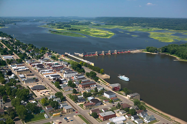 Riverboat approaching locks at Belleview Iowa.