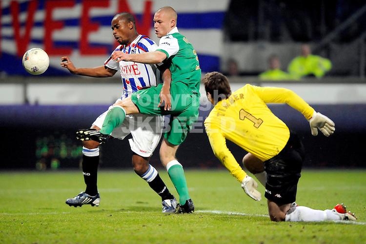 voetbal sc heerenveen - feyenoord eredivisie seizoen 2008-2009 16-01-2009 kalou met kevin hofland timmer is kansloos. fotograaf jan kanning.