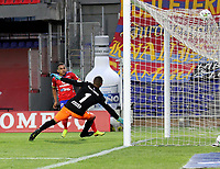 PASTO-COLOMBIA, 28-02-2021: Ray Vanegas de Deportivo Pasto, anota gol a Joel Graterol de America de Cali durante partido de la fecha 10 entre Deportivo Pasto y America de Cali por la Liga BetPlay DIMAYOR I 2021 jugado en el estadio Departamental Libertad de la ciudad de Pasto. / Ray Vanegas de Deportivo Pasto scored goal to Joel Graterol of America de Cali, during a match of the 10th date between Deportivo Pasto and America de Cali for the BetPlay DIMAYOR I 2021 League played at the Departamental Libertad Stadium in Pasto city. / Photo: VizzorImage / Leonardo Castro / Cont.