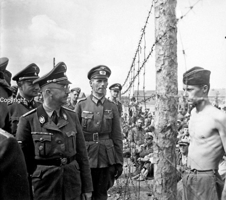 Himmler besichtigt die Gefangenenlager in Russland.  Heinrich Himmler inspects a prisoner-of-war camp in Russia.  Ca. 1940-41.  Heinrich Hoffman Collection.  (Foreign Record Seized)<br /> Exact Date Shot Unknonw<br /> NARA FILE #:  242-HB-47721-306<br /> WAR & CONFLICT BOOK #:  1275