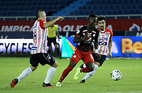 BARRANQUILLA-COLOMBIA, 14-10-2020: Leonardo Pico, Sherman Cardenas de Atletico Junior y Santiago Moreno de America de Cali disputan el balon, durante partido entre Atletico Junior y America de Cali, de la fecha 14 por la Liga BetPlay DIMAYOR 2020 jugado en el estadio Metroplitano Roberto Melendez de la ciudad de Barranquilla. / Leonardo Pico, Sherman Cardenas de Atletico Junior and Santiago Moreno of America de Cali battle for the ball, during a match between Atletico Junior and America de Cali of the 14th date for the BetPlay DIMAYOR Leguaje 2020 played at the Metroplitano Roberto Melendez Stadium in Barranquilla city. / Photo: VizzorImage / Jesus Rico / Cont.