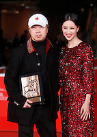"Il cantante e musicista cinese Cui Jian mostra il Premio Menzione Speciale per il suo film ""Sky Bones"", con l'attrice Ni Hongjie, sul red carpet dell'ottava edizione del Festival Internazionale del Film di Roma, 16 novembre 2013.<br /> Chinese singer and musician Cui Jian holds the Special Mention Award for his movie ""Lanse Gutou"" (""Blue Sky Bones""), with actress Ni Hongjie, right, on the red carpet of the 8th edition of the international Rome Film Festival at Rome's Auditorium, 16 November 2013.<br /> UPDATE IMAGES PRESS/Isabella Bonotto"