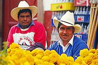 Blumenmarkt beim Totenfest an Allerheiligen in Pátzcuaro, Mexiko, Nordamerika