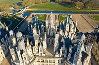 France, Loire-et-Cher (41), Chambord, château de Chambord, les toits et le jardin à la française bordé par le Cosson canalisé (vue aérienne)