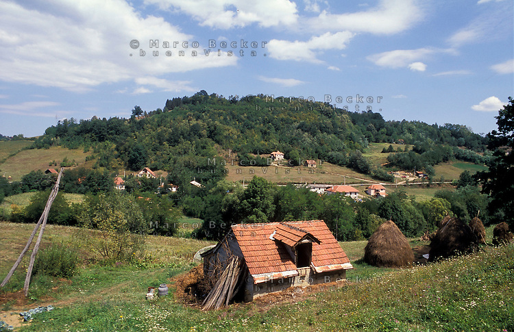 Guca (Cacak). Piccola fattoria in collina --- Guca (Cacak). Small farm on hill