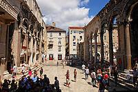 KROATIEN, 08.2007, Split. © Petar Kurschner/EST&OST<br /> Touristen im Palast des Diokletian. | Tourists in the Diocletian palace.