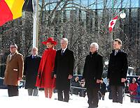 (de gauche à droite) Son Excellence monsieur Raoul Delcorde, ambassadeur de la Belgique au Canada, Leurs Majestés le Roi et la Reine des Belges, monsieur Olivier Nicoloff, ambassadeur du Canada au Royaume de Belgique et du Grand-Duché de Luxembourg, et l'honorable Seamus O'Regan, ministre des Anciens Combattants et ministre associé de la Défense nationale observent un moment de silence durant la cérémonie.