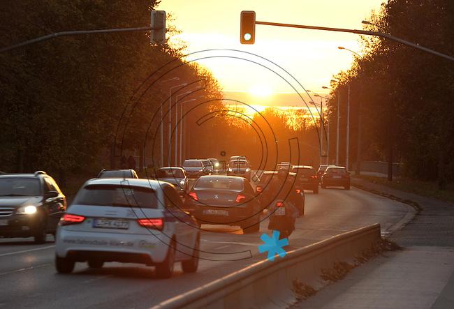 Tiefer Sonnenstand am Schleußiger Weg - Auffahrunfälle sind im Herbst meist die Folge. <br /> <br />  Foto: Norman Rembarz