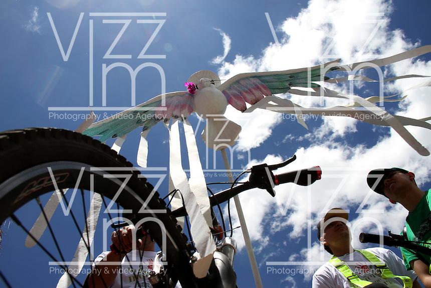 BOGOTA - COLOMBIA - 22-09-2015: Dia sin carro , motos y movilizacion ante el cambio climatico / Day without cars, motorbikes and mobilization against climate change. Photo: VizzorImage / Felipe Caicedo / Staff.
