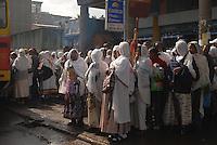 ethiopia, addis abeba, fila di donne che aspettano il bus. Women waiting the bus