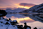 Grossbritannien, Wales, bei Capel Curig: Mount Snowdon im Snowdonia-Nationalpark bei Sonnenuntergang im Winter | United Kingdom, Wales, near Capel Curig: View to Mount Snowdon in winter snow at sunset