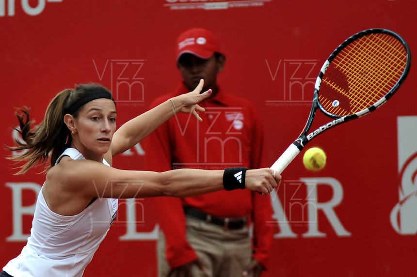 BOGOTA - COLOMBIA - FEBRERO 21: Mariana Duque de Colombia, devuelve la bola a Jelena Jankovic de Serbia, durante partido por la Copa de Tenis WTA Bogotá, febrero 19 de 2013. (Foto: VizzorImage / Luis Ramírez / Staff). Mariana Duque from Colombia, returns the ball to Jelena Jankovic from Serbia, during a match for the WTA Bogota Tennis Cup, on February 21, 2013, in Bogota, Colombia. (Photo: VizzorImage / Luis Ramirez / Staff) ....