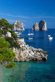 Italy, Campania, Capri: Faraglioni rocks from Marina Piccola | Italien, Kampanien, Provinz Neapel, Capri: Blick von der Marina Piccola zu den Faraglioni