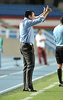 CALI - COLOMBIA -10-04-2014: Hector Cardenas, tecnico de Deportivo Cali da instrucciones a los jugadores durante  partido Deportivo Cali y Deportes Tolima por la fecha 16 de la Liga Postobon I 2014 en el estadio Pascual Guerrero de la ciudad de Cali.  / Hector Cardenas, coach of Deportivo Cali gives instructions to the players during a match between Deportivo Cali and Deportes Tolima for the date 16th of the Liga Postobon I 2014 at the Pascual Guerrero stadium in Cali city. Photo: VizzorImage / Luis Ramirez / Staff.