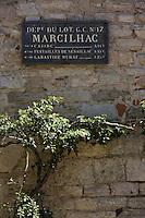 Europe/France/Midi-Pyrénées/46/Lot/Marcilhac-sur-Célé: Vieux panneau routier et  treille
