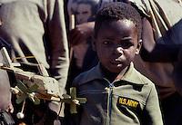 Chimoio / Mozambique 1993.Bambino gioca con giocattolo autoprodotto - Child playing with selfmade toy..Photo Livio Senigalliesi.