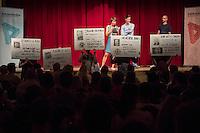 Veranstaltung der Reihe GehtAuchAnders mit einer Diskussion zur Berliner Abgeordnetenhauswahl 2016 im Heimathafen Neukoelln.<br /> Die Initiative hatte sechs Kandidaten der wahrscheinlich in der kommenden Legislaturperiode im Abgeordnetenhaus vertretenen Parteien zu einer Diskussion eingeladen. Die Kandidaten mussten sich in einer ersten Runde anonym Fragen von stadtpolitischen Gruppen stellen. Im Anschluss gab es eine Podiumsdiskussion zu stadtpolitischen Themen, bei der die Kandidaten fuer das Publikum sichtbar waren.<br /> Als Diskutanten nahmen teil: Dr. Matthias Kollatz-Ahnen, (SPD) Finanzsenator; Christian Goiny, MdA (CDU), medienpolitischer Sprecher Katrin Lompscher; MdA (Linkspartei), stellv. Fraktionsvorsitzende und Sprecherin fuer Stadtentwicklung, Bauen und Wohnen; Antje Kapek, MdA (Buendnis 90/Die Gruenen), Fraktionsvorsitzende und Spitzenkandidatin;  Bernd Schloemer (FDP), Spitzenkandidat Friedrichshain-Kreuzberg und ehem. Vorsitzender Piratenpartei; Karsten Woldeit (AfD), Platz 2 der Landesliste und Direktkandidat in Lichtenberg. Moderiert wurde die Veranstaltung von P.R. Kantate (Musiker) und Jakob Preuss (Filmemacher).<br /> Die Veranstaltung wurde von lautstarken Protesten ausserhalb und innerhalb des Veranstaltungssaal begleitet. Zwischen Anhaengern der rassistischen AfD und AfD-Gegnern kam es zu Poebeleien und Beleidigungen. Ordner verwiesen mehrere Personen aus dem Veranstaltungssaal.<br /> Die Veranstalter von GehtAuchAnders, Kuenstler aus Berlin, veranstalten in unregelmaessigen Abstaenden Diskussionsabende zu politischen Themen.<br /> Im Bild: Mitglieder einer Neukoellner Initiative protestieren gegen die Teilnahme des AfD-Kandidaten. Sie haben auf Plakate die Verbindungen von AfD-Mitgliedern zu faschistischen und rechtsextremen Organisationen aufgeschrieben.<br /> 13.9.2016, Berlin<br /> Copyright: Christian-Ditsch.de<br /> [Inhaltsveraendernde Manipulation des Fotos nur nach ausdruecklicher Genehmigung des Fotografen. Vereinbarungen ueber Ab
