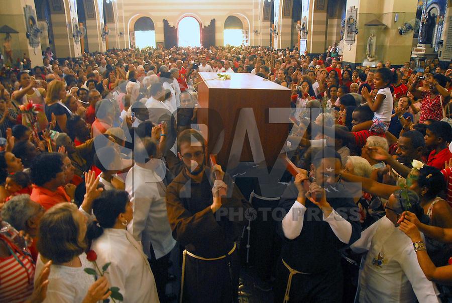 MISSA E MOVIMENTAÇÃO DO PODROEIRA DA CIDADE DO RIO DE JANEIRO NA IGREJA DOS CAPUCHINHOS. RIO DE JANEIRO, 20 DE JANEIRO 2013. Nesta manhã de domingo (20) foi celebrada a missa do padroeiro da cidade do Rio de Janeiro São Sebastião.  A primeira missa é realizada na Igreja dos Capuchinhos na Tijuca, zona norte da cidade fluminense, onde teve a chegada dos restos mortais de Odetinha menina que morreu com 9 anos e estão aguardando a Beatificação..FOTO RONALDO BRANDÃO / BRAZIL PHOTO PRESS