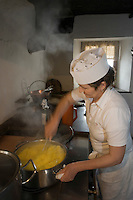 "Europe/Italie/Trentin Haut-Adige/Dolomites/Alta Badia/env de San Cassiano/Pedraces:  Auberge de Montagne   ""Maso Runch Hof"" .  En cuisine avec  Maria  Nagler préparation de la pollenta"