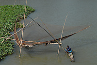 "Asien Suedasien Bangladesh , Fischer fischen auf einem Fluss mit Senknetz  -  Fischerei xagndaz | .South asia Bangladesh , fisherman catch fish with fishing net - fisheries .| [ copyright (c) Joerg Boethling / agenda , Veroeffentlichung nur gegen Honorar und Belegexemplar an / publication only with royalties and copy to:  agenda PG   Rothestr. 66   Germany D-22765 Hamburg   ph. ++49 40 391 907 14   e-mail: boethling@agenda-fototext.de   www.agenda-fototext.de   Bank: Hamburger Sparkasse  BLZ 200 505 50  Kto. 1281 120 178   IBAN: DE96 2005 0550 1281 1201 78   BIC: ""HASPDEHH"" ,  WEITERE MOTIVE ZU DIESEM THEMA SIND VORHANDEN!! MORE PICTURES ON THIS SUBJECT AVAILABLE!!  ] [#0,26,121#]"