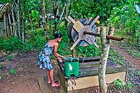 Mulher retira agua de poço com sarilho, Vila da Ressaca, Jose Porfirio. Para. 2017. Foto Luciana Whitaker