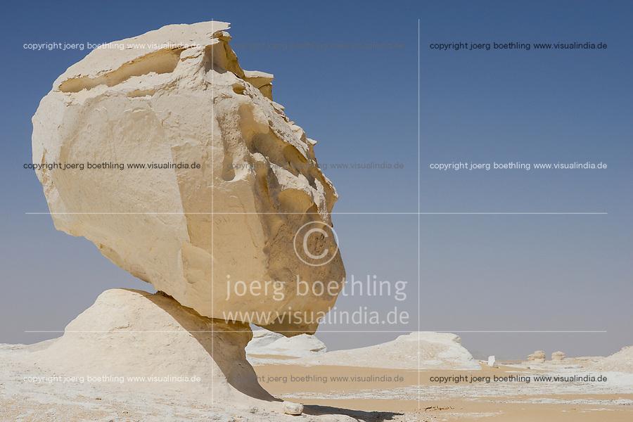 EGYPT, Farafra, Nationalpark White Desert , mushroom like chalk rocks shaped by wind and sand erosion/ AEGYPTEN, Farafra, Nationalpark Weisse Wueste, durch Wind und Sand geformte Kalkfelsen
